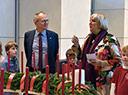 Diakonie-Präsident Lilie und Bundestagsvizepräsidentin Claudia Roth am Adventskranz