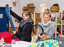 Beim Sortieren in der Kleiderkammer der Flüchtlings-Erstaufnahmeeinrichtung in Bramsche